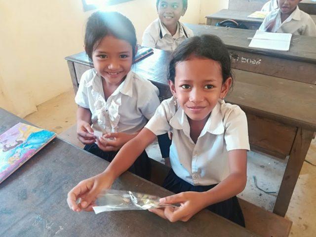 NOM POPOKのクッキーを食べるカンボジアの子どもたち