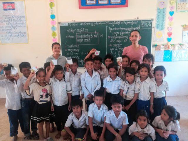 カンボジア アンパータック小学校の子たちと