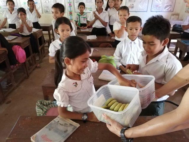 NOM POPOKのドーナツを食べるカンボジアの小学生