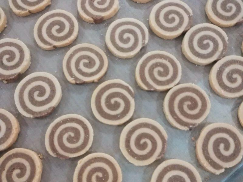 カンボジアのコオロギでクッキー
