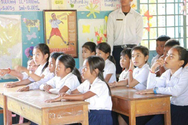 カンボジアの小学校で栄養教育