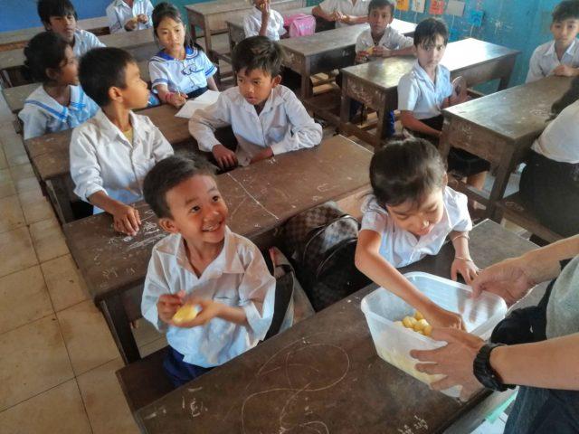 NOM POPOKの蒸しパンを食べる小学生