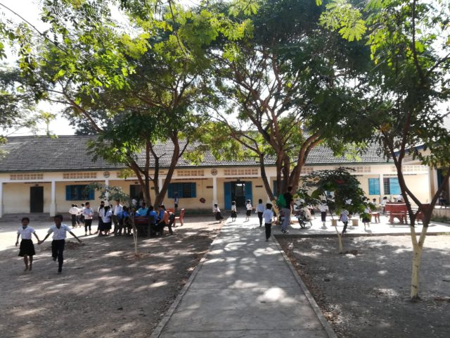 カンボジアのダチョウ小学校